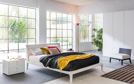 Il letto: pensa a lui per primo. Il letto è il re della tua camera da letto, il protagonista dei tuoi sogni e del tuo riposo: prenditi tutto il tempo necessario per decidere bene dove collocarlo. • In mezzo alla camera. In questo caso il letto è equidistante da tutte le pareti e diventa ancora […]